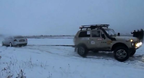 Old Audi S6 Challenges Lada Niva In A Tug Of War