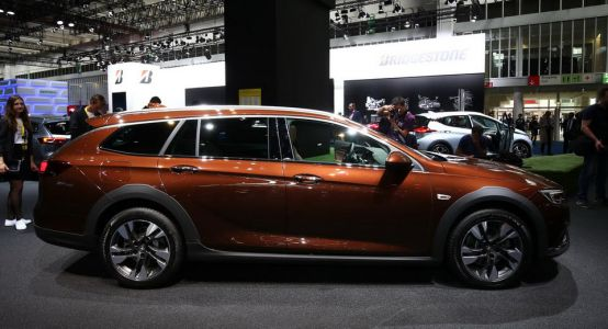 Opel Insignia Country Tourer Rides High Into Frankfurt